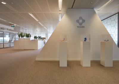 Tosoh Europe - displays met unieke items van het bedrijf