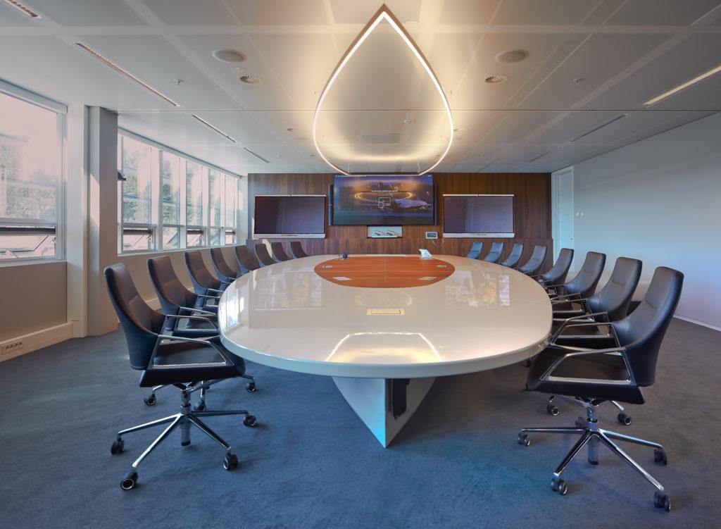 Luxe boardroom van alle gemakken voorzien.